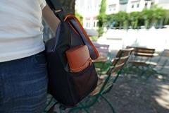 Tabaktasche in der Tasche verstauen